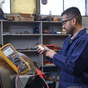 Man using iphone app with Fluke 1587FC 2-in-1 insulation multimeter