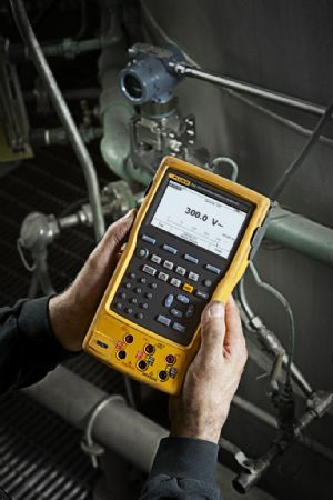 hands holding Fluke-754/750SW documenting process calibrator and software bundle package
