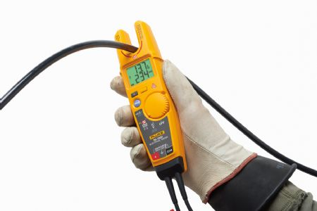 Hand holding Fluke T6-1000 electrical tester with field sense flat